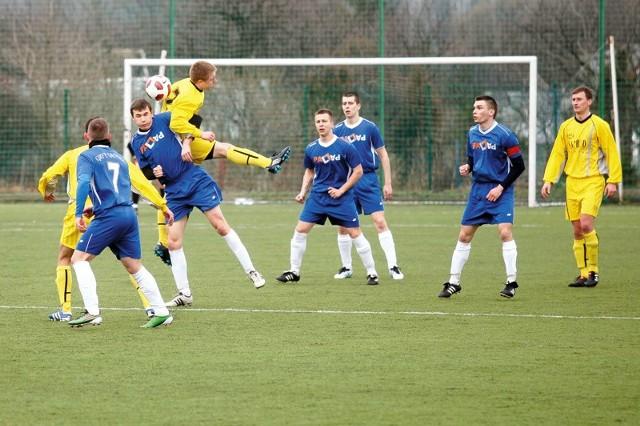 Piłkarze Gryfa Gródek (niebieskie stroje) już wiosną tego roku byli wyróżniającą się ekipą w IV lidze. W nadchodzącym sezonie mają ambicje znacznie większe.