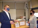 W sandomierskim starostwie przekazano środki ochrony osobistej do walki z Covid-19 - mundurowym, szpitalowi i instytucjom opiekuńczym