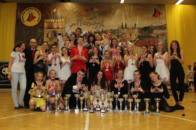 W nagrodę opolscy tancerze pojadą na Mistrzostwa Europy. Na zdjęciu laureaci z Royal Dance Center.