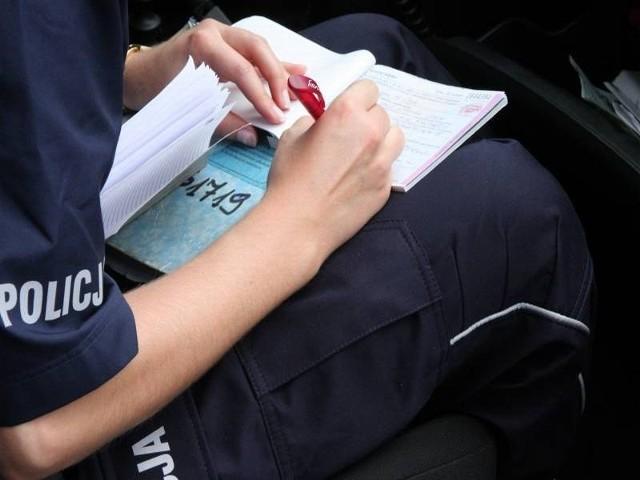Kierowca nissana otrzymał mandat w wysokości 500 zł.