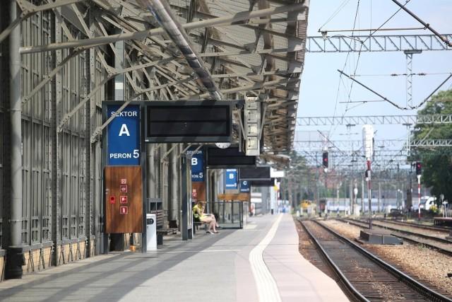 Wejście od ul. Suchej i od głównego przejścia na perony, 200 m długości, monitoring i jeden tor. Przebudowany peron szósty - z kilkumiesięczny opóźnieniem – ruszy w tym roku. Ma umożliwić kolei uruchomienie nowych połączeń aglomeracyjnych