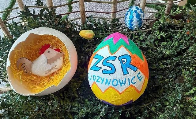 Uczniowie Zespołu Szkół Rolniczych w Cudzynowicach przygotowują się do świąt wielkanocnych. Przy okazji ujawniają plastyczne talenty.>>>Więcej zdjęć na kolejnych slajdachZające, kurczaki, świąteczne życzenia na kartkach w kształcie jaja – a wszystko w pięknej oprawie. Uczniowie szkoły rolniczej w Cudzynowicach kolejny raz udowodnili, że talentu i wyobraźni im nie brakuj. Zobaczcie, co wyszło spod ich rąk.