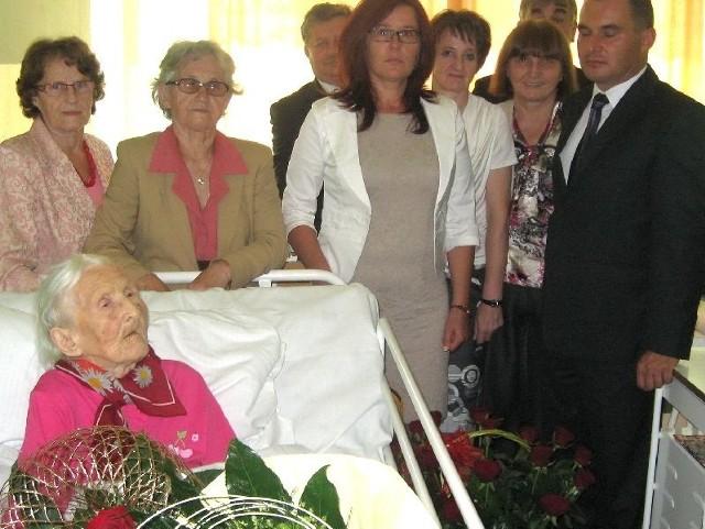 O stuletnich urodzinach pani Marianny nie zapomniała najbliższa rodzina, władze wojewódzkie, gminne i przedstawiciele KRUS-u, którzy odwiedzili jubilatkę we włoszczowskim szpitalu.