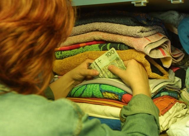 Wiele osób nadal trzyma swe oszczędności w szafie z bielizną.