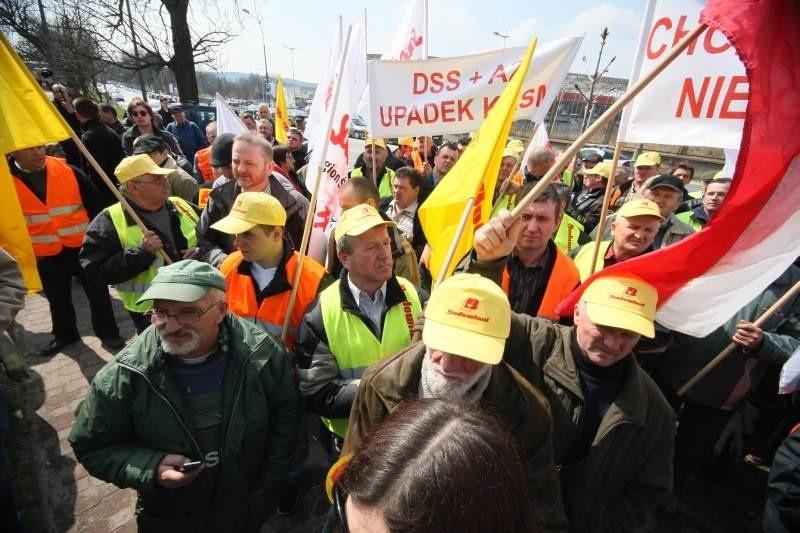 Pracownicy i związkowcy protestowali w Kielcach przed siedzibą Kieleckich Kopalni Surowców Mineralnych. Fot dawid Łukasik