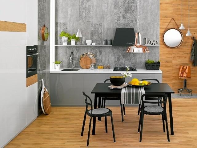 Podłoga kuchenna ułożona z płytek imitujących drewnoObecnie ogromną popularnością cieszą się gresy imitujące drewno. Pięknie odwzorowane rysunki i faktury sprawiają, że ceramiczne płytki do złudzenia przypominają surowiec, na którym są wzorowane. Jednocześnie są tańsze i łatwiejsze w utrzymaniu od drewna.