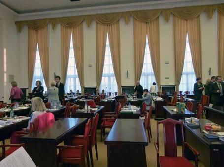 Wynajęcie dużej sali obrad kosztuje 300 zł na godzinę, a 350 zł z nagłośnieniem i sprzętem multimedialnym.