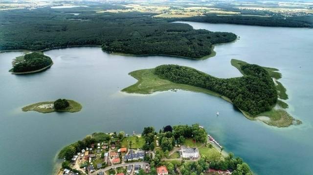 Wielkimi krokami zbliża się lato, a co za tym idzie także piękne, słoneczne dni. Dzieci odpoczną na wakacjach, dorośli na urlopach. Czy jednak koniecznie oznacza to dalekie wyjazdy w ciepłe kraje? W czasie pandemii warto szukać miejsc na spędzenie wolnego czasu w swojej okolicy. A Lubuszanie mają je wręcz podane na tacy. W regionie znajduje się około 600 jezior. Nie bez powodu to właśnie na obszarze głównie naszego województwa leżą Lubuskie Mazury. Nad jakimi jeziorami warto wypocząć, popływać i się opalić? Podajemy najlepsze typy!
