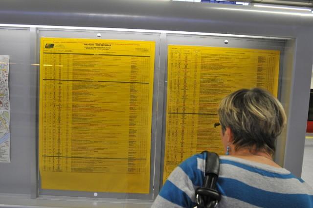 Nowe tablice z rozkładem jazdy PKP staną na peronach.