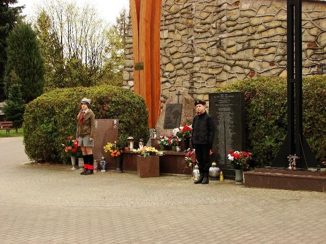 Przed pomnikiem ofiar katastrofy smoleńskiej w Międzyrzeczu odbyły się obchody upamiętniające tragedię sprzed sześciu lat.W niedzielę, 10 kwietnia, na cmentarzu miejskim w Międzyrzeczu odbyły się obchody szóstej rocznicy katastrofy smoleńskiej. Harcerze, przedstawiciele stacjonującej w mieście brygady wojskowej oraz władz miejskich złożyli kwiaty przy pomniku i uczcili pamięć 96 ofiar katastrofy lotniczej z 10 kwietnia 2010 r. W tym m.in. ówczesnego prezydenta Lecha Kaczyńskiego oraz jego małżonki Marii.
