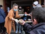"""Zabrze. Akcja """"Podziel się Świętami"""" fundacji Stacja 6. Wolontariusze rozdali wielkanocny posiłek osobom bezdomnym i potrzebującym"""