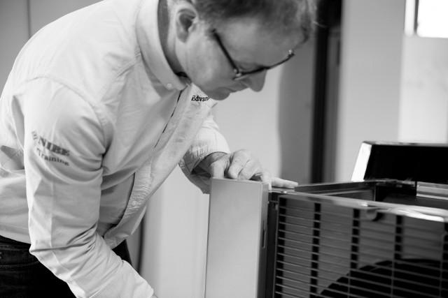 NIBE-BIAWAROtwarty w lutym br. nowy zakład produkcyjny NIBE-BIAWAR pozwolił skorzystać nie tylko z nowego magazynu, laboratorium czy hali produkcyjnej przeznaczonej głównie na rozwój OZE i nowych technologii, ale i Centrum Szkoleniowego wraz z pokazową kotłownią. Ułatwiają one rekrutację i szkolenie pracowników oraz współpracę z partnerami.