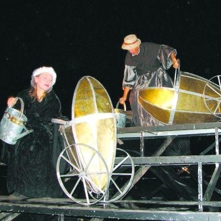 Niezwykle ciekawe, plenerowe spektakle proponował suwalczanom Teatr Ósmego Dnia. Występy, organizowane m.in. nad suwalskiem zalewem gromadziły tłumy