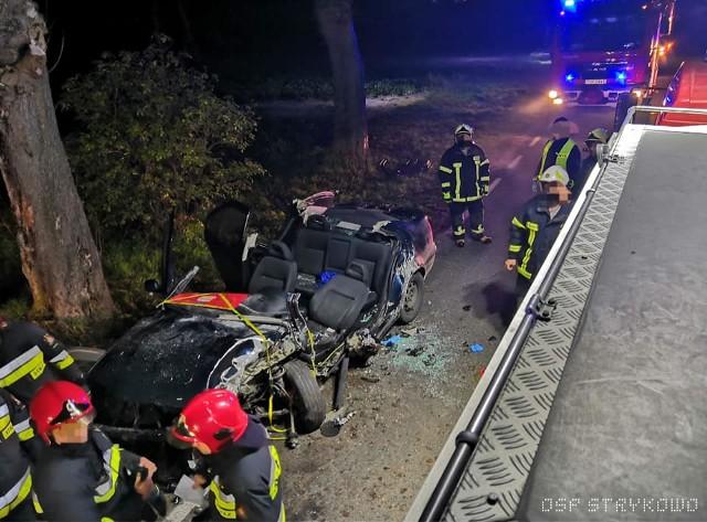 Do wypadku w okolicy Stęszewa doszło w nocy z niedzieli na poniedziałek. Pomiędzy Modrzem a Strykowem samochód osobowy wypadł z drogi i uderzył w drzewo. Przejdź dalej --->