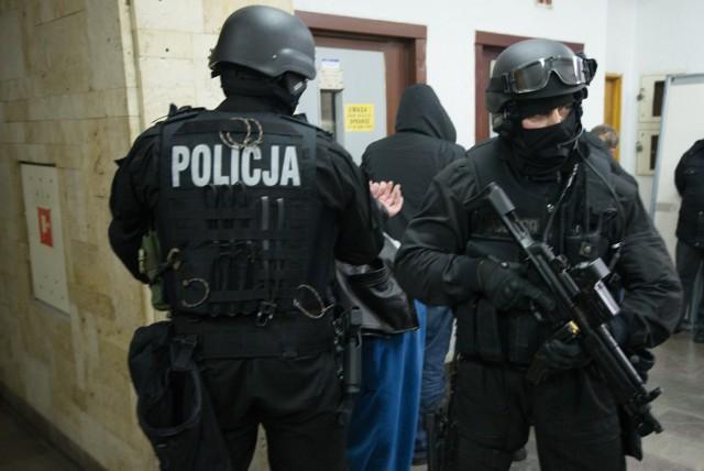 Kryminalni przekazali prokuratorowi materiał zgromadzony przez policyjnych śledczych w sprawie zabójstwa 26-letniego mieszkańca Torunia. Do toruńskiej prokuratury trafił również 23-letni mieszkaniec Inowrocławia zatrzymany przez policjantów z Torunia i Bydgoszczy. Dzisiaj rano policyjni śledczy przekazali całość zgromadzonego materiału w sprawie zabójstwa 26-letniego mieszkańca Toruniu do Prokuratury Rejonowej Toruń Centrum Zachód. Czynności z udziałem zatrzymanego do tej sprawy 23–latka były wykonywane zarówno wczoraj jak i dzisiaj od rana. W tej chwili mężczyzna w asyście kryminalnych został przekonwojowany do Prokuratury Rejonowej Toruń Centrum Zachód. Dziś nożownik usłyszał zarzut zabójstwa. Przyznał się do winy.TVN24/x-news