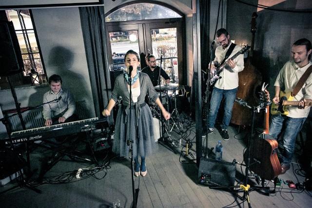 """Na festiwalu wystąpi m.in. grupa """"Chwila Nieuwagi"""". Muzycy z Raciborza grają piosenkę poetycką i folk."""