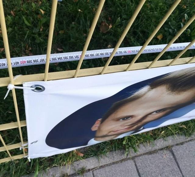 Radny Henryk Dębowski zmierzył, że plakat Krzysztofa Truskolaskiego ma 4 m długości, a powinien mieć zgodnie z procedurą przyjętą przez urząd miasta 2,5 m