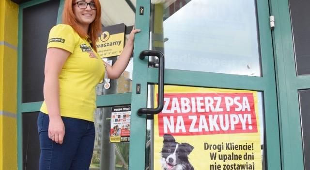 Sylwia Rogowska, doradca klienta w salonie Media Expert w Kielcach przy ulicy Sandomierskiej zaprasza na zakupy klientów razem ze swoimi czworonogami.