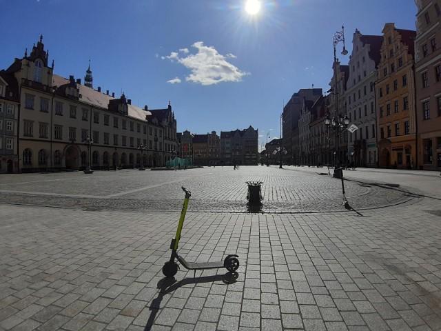 """Betonowe pustynie – miejsca, gdzie we Wrocławiu króluje beton i asfalt, a podczas upału nie ma się gdzie schować. W centrum Wrocławia głównie stawia się na niską zieleń, która praktycznie nie zapewnia cienia. Przy pełnym słońcu, nawierzchnia placów czy skrzyżowań nagrzewa się do 40-50 stopni Celsjusza. Tych miejsc lepiej unikać w upały. Oto wrocławskie """"wyspy ciepła"""".Na kolejnych slajdach znajdziesz wrocławskie """"wyspy ciepła"""", gdzie lepiej nie przebywać podczas upałów"""