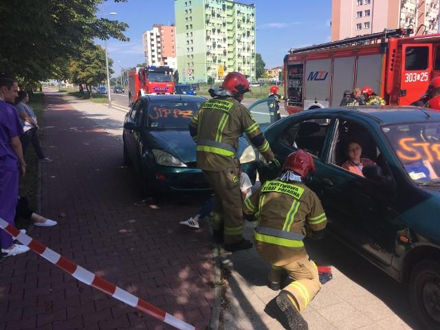 Do tragicznego wypadku doszło w środę, 28 lipca na ulicy Grunwaldzkiej w Kielcach. Służby ratunkowe otrzymały informację, że w wyniku zderzenia kilku samochodów ucierpiało sześć osób. Do zdarzenie doszło w okolicy przystanku autobusowego, tuż przy wjeździe do Wojewódzkiego Szpitala Zespolonego w Kielcach. Na szczęście były to tylko ćwiczenia służb ratunkowych i personelu szpitalnego.Na kolejnych slajdach zobaczcie co działo się w środę na Grunwaldzkiej w KielcachScenariusz wypadku wyglądał tak, że samochód wjechał w przystanek na ulicy Grunwaldzkiej uderzając przy okazji w drugi samochód. Kierowca będący sprawca zbiegł z miejsca wypadku. W wyniku zdarzenia ucierpiało sześć osób, w tym dzieci.- Takie ćwiczenia mają nam pomóc w ocenie samych siebie i tego jak jesteśmy sprawni. Podobne sytuacje mają miejsce w rzeczywistości, ale tu mamy czas na obserwację naszych działań. Tym samym mamy możliwość wyciągnięcia wniosków na przyszłość - mówił Bartosz Stemplewski, dyrektor Szpitala Wojewódzkiego w Kielcach.- Świetnie sprawdziła się nasza współpraca. Na czas zadziałały wszystkie służby – oceniła po ćwiczeniach Małgorzata Perkowska-Kiepas z Komendy Miejskiej Policji w Kielcach. - Zdaliśmy ten egzamin. Mam nadzieje, że przy każdym takim zdarzeniu kryzysowym, wszystko wypadnie tak jak dzisiaj. Lepiej jednak, gdyby do takich zdarzeń nie dochodziło ich.Małgorzata Perkowska-Kiepas dodała, że nie wszyscy kierowcy, którzy mijali miejsce symulacji, zachowywali się prawidłowo. - Niektórzy z nich trzymali telefony komórkowe i nagrywali zdarzenie. Tego robić nie można. Nasza uwaga powinna być skupiona na drodze – podkreśliła.Warto dodać, ze w tej okolicy było ostatnio sporo wypadków, także tragicznych.W ostatnim czasie na ulicy Grunwaldzkiej doszło do tragicznego wypadku.Więcej: Po dramatycznym wypadku w Kielcach. Zmarł mężczyzna potrącony na ulicy GrunwaldzkiejDwóch mężczyzn potrąconych w sobotę około 22 na przejściu dla pieszych w Kielcach! W poważnym stanie trafili do szpitala