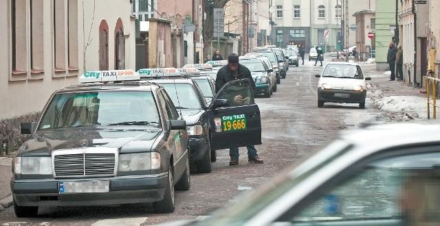 Teraz taksówkarze dłużej czekają na klientów.