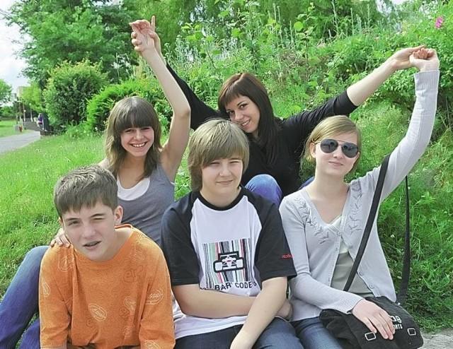 Amelia, Klaudia, Filip, Piotrek i Krysia z Gimnazjum nr 1 w Zielonej Górze cieszą się z wakacji