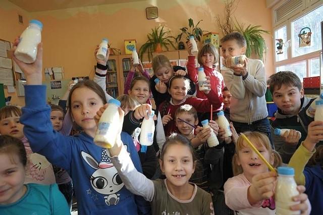 Dzieci z szkoły podstawowej nr 2 piją mleko trzy razy w tygodniu, a dwa pozostałe dni zamiast chipsów jedzą na przerwach owoce. Aby coś takiego wprowadzić, uchwały radnych nie była potrzebna.