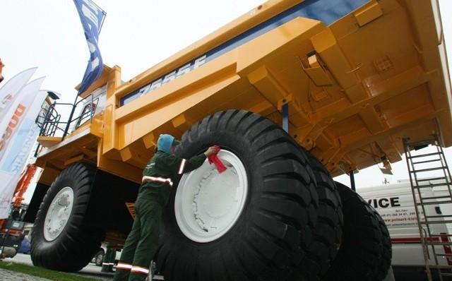 Wywrotka kopalniana Biełaz 7555E o ładowności 60 ton i kołach o dwu i pół metrowej średnicy to pierwszy egzemplarz maszyny-giganta w Polsce. Przedsiębiorstwo Produkcyjno-Usługowo-Handlowe Polmark z Kielc prezentuje ją na targach z okazji 20-lecia istnienia