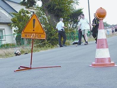 Motocyklista wpadł na drzewo po wyjściu z łuku drogi.