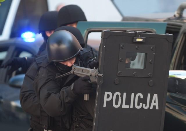 Specjalny zespół uzbrojonych policjantów sforsował drzwi do pokoju i obezwładnił 41-latka. Zdjęcie ilustracyjne