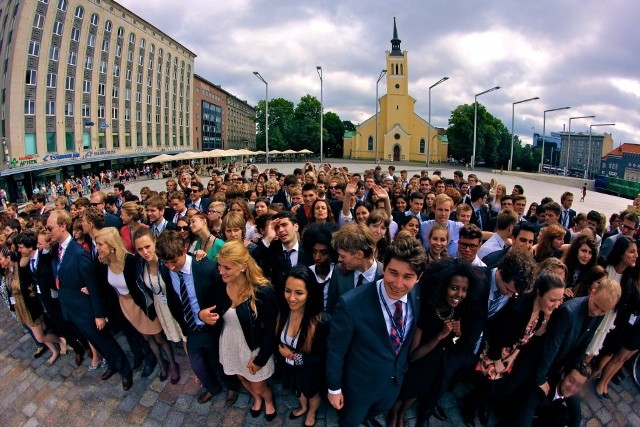 Dzięki EYP ponad 25.000 młodych Europejczyków rocznie doświadcza demokracji w praktyce oraz rozwija umiejętności komunikacji i pracy w międzynarodowym zespole.