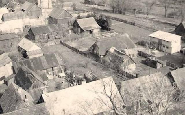 Jak wyglądało Lipsko oraz inne miejscowości w powiecie na przełomie różnych epok XIX, XX wieku oraz w latach II wojny światowej? Prezentujemy zdjęcia najbardziej znanych miejsc jak również tych nieco już zapomnianych. Zobaczcie, jak prezentowały się różne zakątki ziemi lipskiej na starych fotografiach. Na zdjęciu budynki przy ulicy Kościuszki i Soleckiej w Lipsku - 1965 rok>
