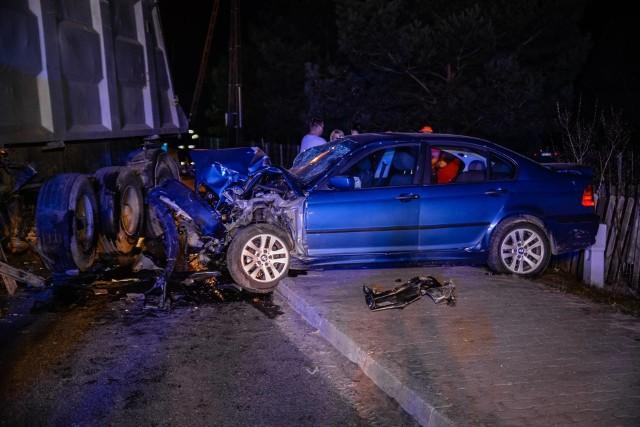 """Do groźnego wypadku doszło w środę, 4 kwietnia na drodze wojewódzkiej nr 132 w Kamieniu Małym. BMW zderzyło się tu z ciężarówką. Po wypadku droga jest zablokowana.O wypadku poinformował nas Czytelnik, te informacje potwierdza policja. - Ciężarówka z naczepą wyjeżdżała z jednej z posesji przy drodze wojewódzkiej 132. W skręcającą ciężarówkę uderzyło BMW - mówi Marcin Maludy, rzecznik prasowy lubuskiej policji. Osobowym samochodem podróżowały cztery osoby. Siła uderzenia była duża, BMW ma roztrzaskany cały przód. Dwie kobiety, które podróżowały osobówką, zostały odwiezione do szpitala. Po wypadku droga wojewódzka nr 132 jest zablokowana. Policjanci wyznaczyli objazdy przez Kamień Wielki i Mościczki. Mundurowi wyjaśniają też dokładny przebieg tego wypadku.Autor: Jakub PikulikPOLECAMY ODCINKI """"KRYMINALNEGO CZWARTKU"""":"""