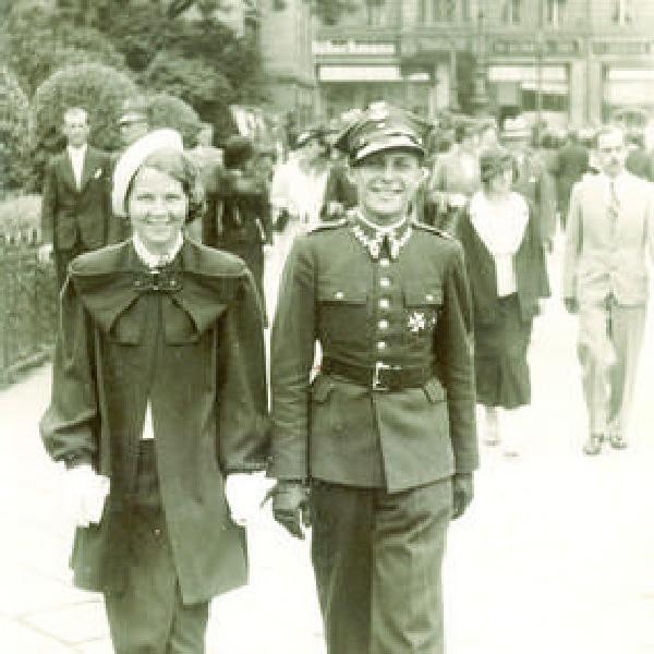 Plac Teatralny, 1936 rok. Ta urocza para to Halina i Bernard Kanarkowscy. Pan Bernard brał udział w wojnie obronnej w 1939 r.