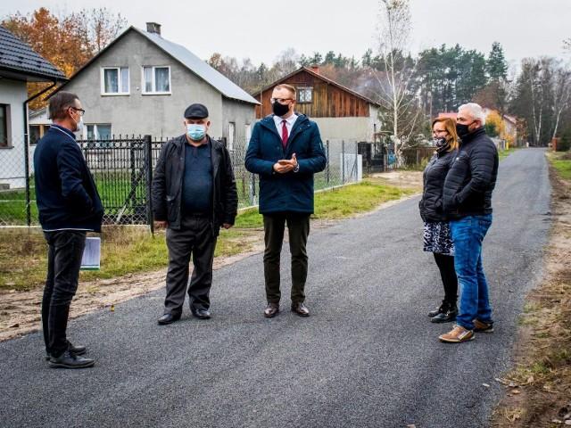 W oficjalnych odbiorach uczestniczył między innymi Kamil Dziewierz, wójt gminy Jedlińsk (w środku).