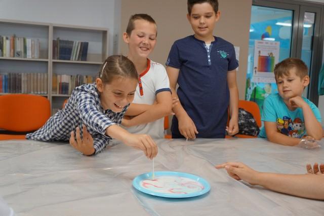 Dzieci poznawały zjawiska fizyczne w praktyce.