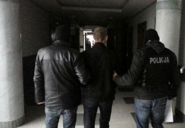33-latek usłyszał w sumie zarzuty 14 takich przestępstw i decyzją sądu został wczoraj tymczasowo aresztowany na 3 miesiące. Szczegóły jego przestępczej działalności badają teraz funkcjonariusze z Komendy Miejskiej Policji w Białymstoku.