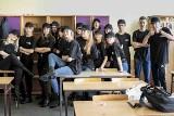 """Uczniowie klasy policyjnej z inowrocławskiego """"Chemika"""" otrzymali swoje pierwsze mundury"""
