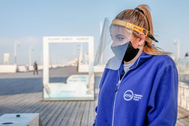 Startuje sezon turystyczny i odpłatny wstęp na molo. W związku z epidemią koronawirusa przy wejściu na sopockie molo podjęto dodatkowe środki bezpieczeństwa.