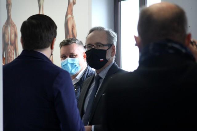 - Wartość współczynnika reprodukcji, pokazującego, ile kolejnych osób zarazi chory, osiągnęła najniższy poziom od początku pandemii- poinformował szef resortu zdrowia.