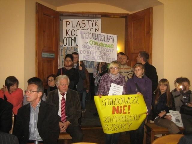 Na sesję przyjechali uczniowie z transparentami i nauczyciele. Nie przekonuje ich deklaracja burmistrza Otmuchowa Jana Woźniaka, że liceum w Otmuchowie pozostanie, tylko pod auspicjami gminy, a nie powiatu.