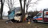Ciężarówka uderzyła w drzewo pod Rypinem. Dwie osoby trafiły do szpitala [zobacz zdjęcia]