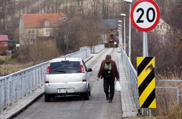 Drewniany most między Prądocinkiem i Dychowem. W przeszłości mówiło się o wielkiej przebudowie przeprawy nad Bobrem.