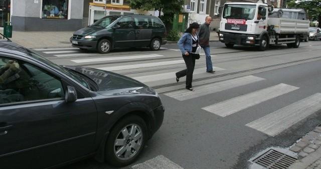 To właśnie te pasy są zmorą mieszkańców Niebuszewa. Do potrąceń dochodzi najczęściej wtedy, gdy jeden kierowca zatrzyma się, aby przepuścić pieszego, ale drugi zlekceważy ten obowiązek.