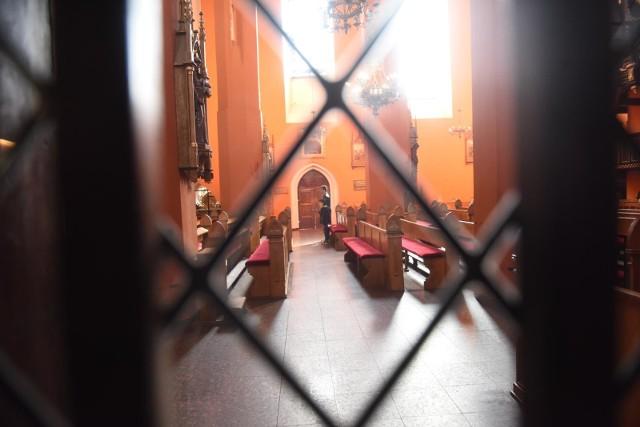 Ograniczenia związane z pandemią koronawirusa wyludniły kościoły.