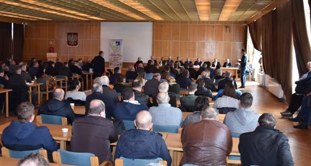 O potrzebie utworzenia funduszu wiele miesięcy temu, na spotkaniu w Przysieku, mówił Łukasz Zbonikowski (stoi po prawej). Spotkanie zorganizowała Kujawsko-Pomorska Izba Rolnicza