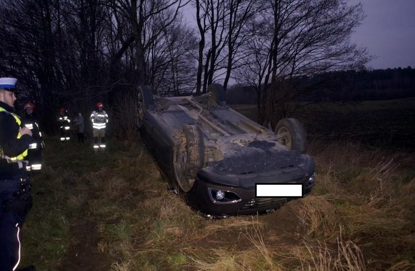 Kierująca osobowym Hyundaiem kobieta, jadąca w stronę Gąbina za miejscowością Karżcino, straciła panowanie nad pojazdem, wpadła w poślizg, zjechała na pobocze drogi i na nim dachowała. Na szczęście, o własnych siłach wyszła z samochodu i nie potrzebowała pomocy medycznej.