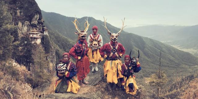 Tygrysie Gniazdo to jedna z najświętszych świątyń Bhutanu. Zwiesza się majestatycznie z klifów wysoko nad doliną Paro. Jest widoczna dopiero wtedy, gdy poranna mgła się podniesie, a słońce skąpie dolinę w ciepłym, złotym świetle. - Jimmy NelsonPrzejdź w prawo do kolejnych slajdów, aby zobaczyć niezwykłe fotografie Jimmy'ego Nelsona ukazujące plemiona z całego świata. Niebawem ten nieznany i magiczny świat może przeminąć.Więcej zdjęć znajdziesz na stronie autora.