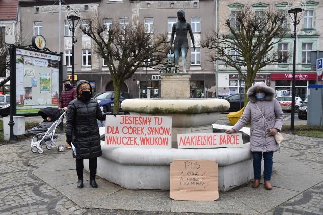 """W ramach """"Strajku Kobiet"""" zorganizowano w Nakle kilka manifestacji. W protestach uczestniczyły także """"Nakielskie babcie"""", które w sobotę 5 grudnia  w południe znów pojawiły się w centrum Nakła z antyrządowymi hasłami.PiS a kysz! Jesteśmy tu dla córek synów, wnuczek – przeczytać można było na skrawkach kartonu. Nie brakowało też ostrzejszych haseł jak: """"Przepędzić PIS-owskich zamordystów"""" czy """"Precz z Ziobro"""". Niektórzy kierowcy przejeżdżający obok rynku trąbili, lub gestami wskazywali swoje poparcie. Przechodniom wręczano broszurki wydane przez Obywateli RP, a dotyczące orzeczeń sądów powszechnych  na temat m.in. zgromadzeń spontanicznych, legitymowania demonstrantów czy  uczestniczenia w zgromadzeniach. Było spokojnie. Policja nie interweniowała."""