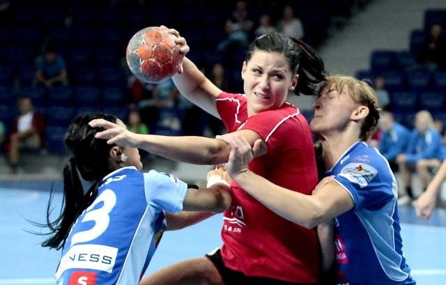 Agata Cebula (z piłką) była najskuteczniejszą zawodniczką Pogoni w pierwszej rundzie rozgrywek. W 11 meczach zdobyła łącznie 60 bramek. Zadebiutowała też w reprezentacji Polski